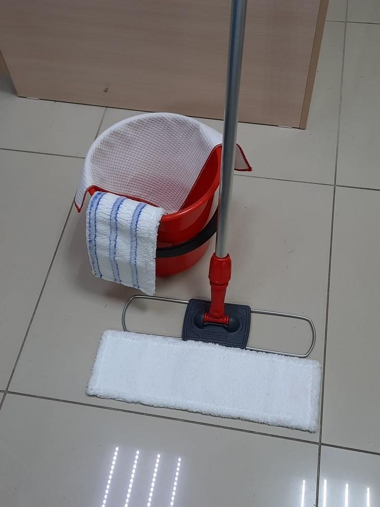 Красная швабра моп красный флаундер и красное ведро с тряпочкой для уборки в соответствии с СанПин