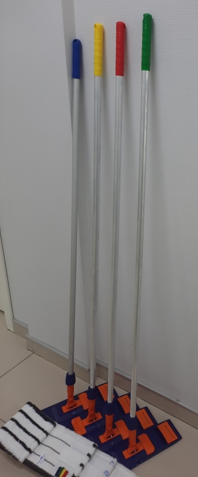 Швабры с цветными ручками для уборки разных зон