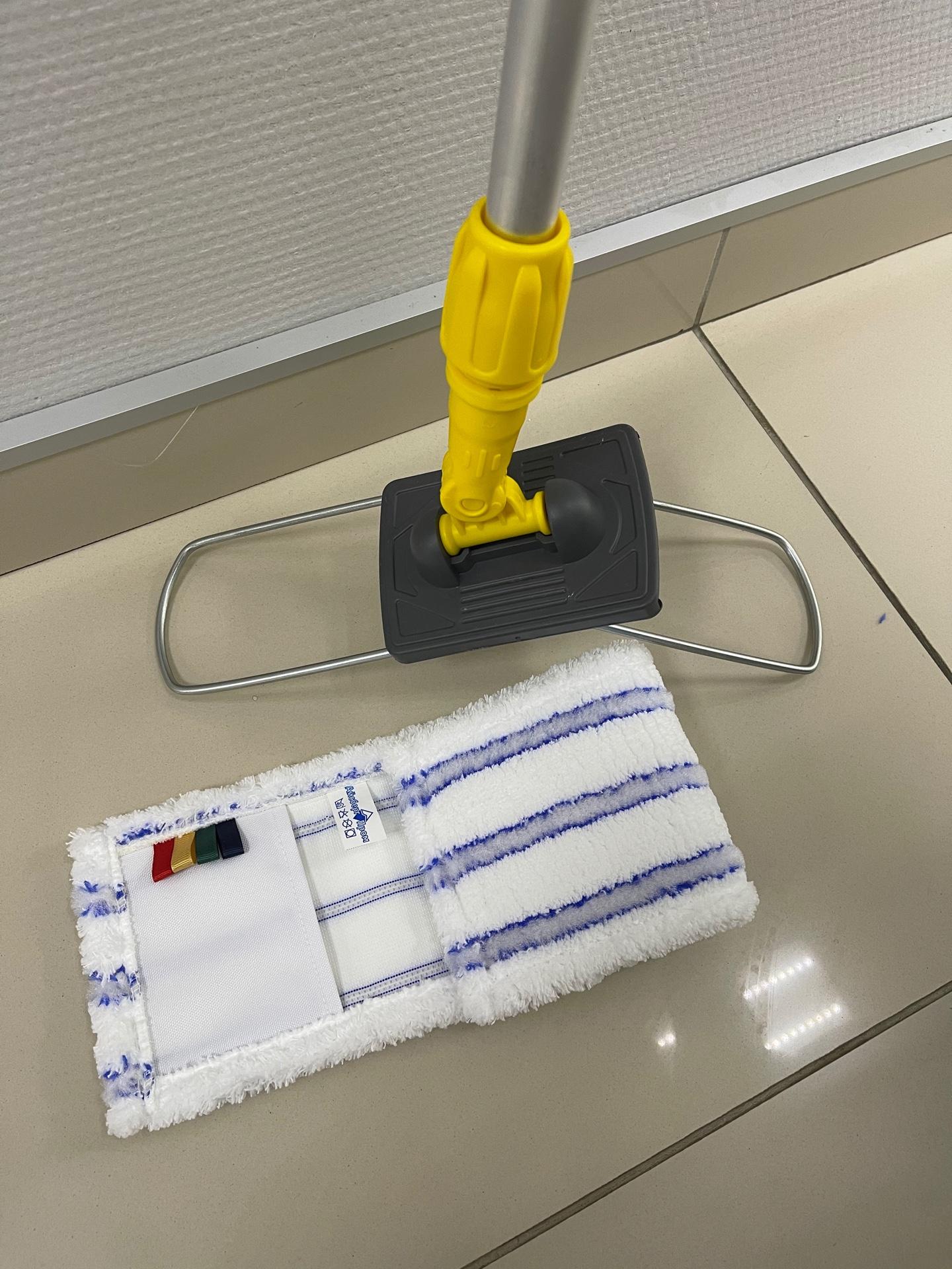 Желтая швабра для мытья пола и стен