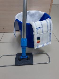 Синяя швабра моп синий флаундер и синее ведро с тряпочкой для уборки в соответствии с СанПин