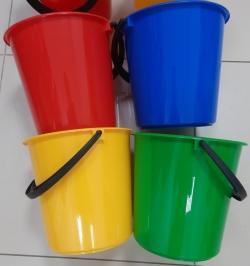 Комплект ведра для мытья пола: красное, желтое, синее, зеленое.