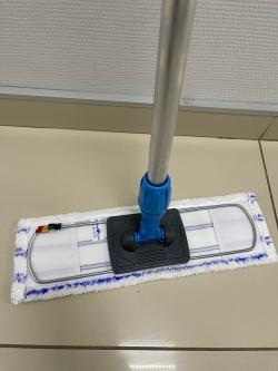 Синяя швабра для мытья пола коридоров и лестниц
