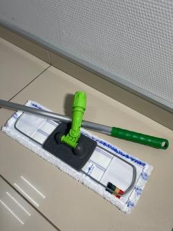 Зеленая швабра для мытья кабинетов и палат