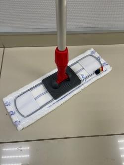 Красная швабра для мытья пола в туалете и в душевой комнате