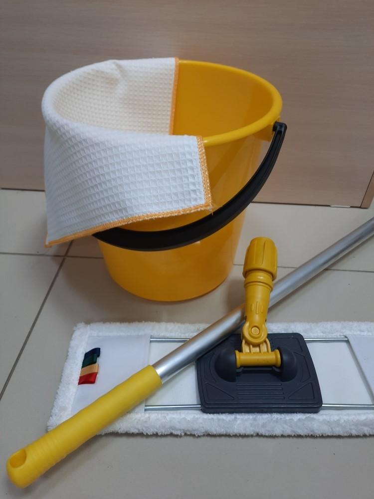 Желтая швабра моп желтый флаундер и желтое ведро с тряпочкой для уборки в соответствии с СанПин